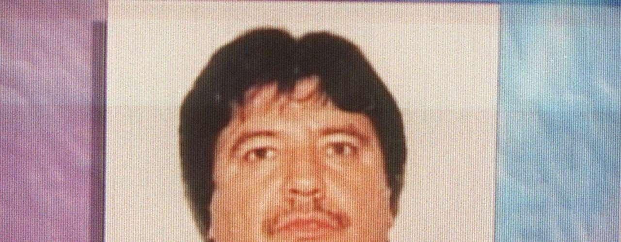 Carillo nació el 17 de diciembre de 1956 y murió a los 41 años. Su historia fue un tanto distinta a la de otros narcos que han muerto abatidos por las autoridades o en encuentros con bandas rivales. Aunque también fue una muerte turbia, Amado Carrillo murió en un hospital de la Ciudad de México tras someterse a una extensa cirugía plástica para cambiar su apariencia física. Carrillo se había obsesiono con las cirugías plásticas para escabullirse de las autoridades.