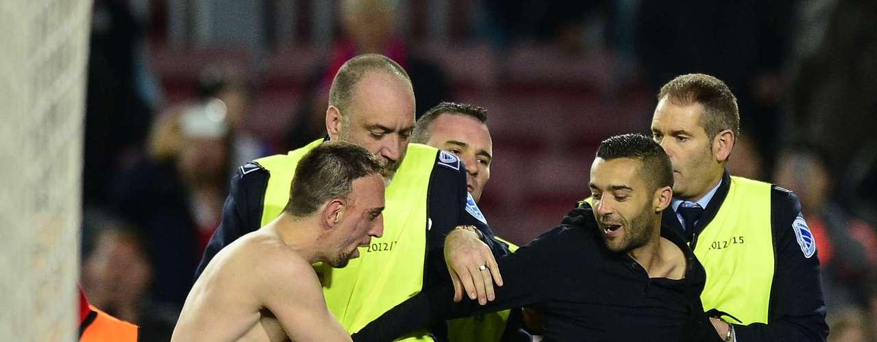 Después de que quedara sentenciada la victoria bávara, un fanático decidió que quería celebrar con Ribéry y quedarse con su camiseta.