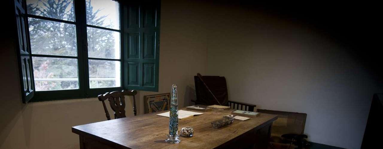 La habitación que fue su escritorio hoy tiene una imagen velada de Huidobro en la ventana, al que ha impresionado a más de algún visitante