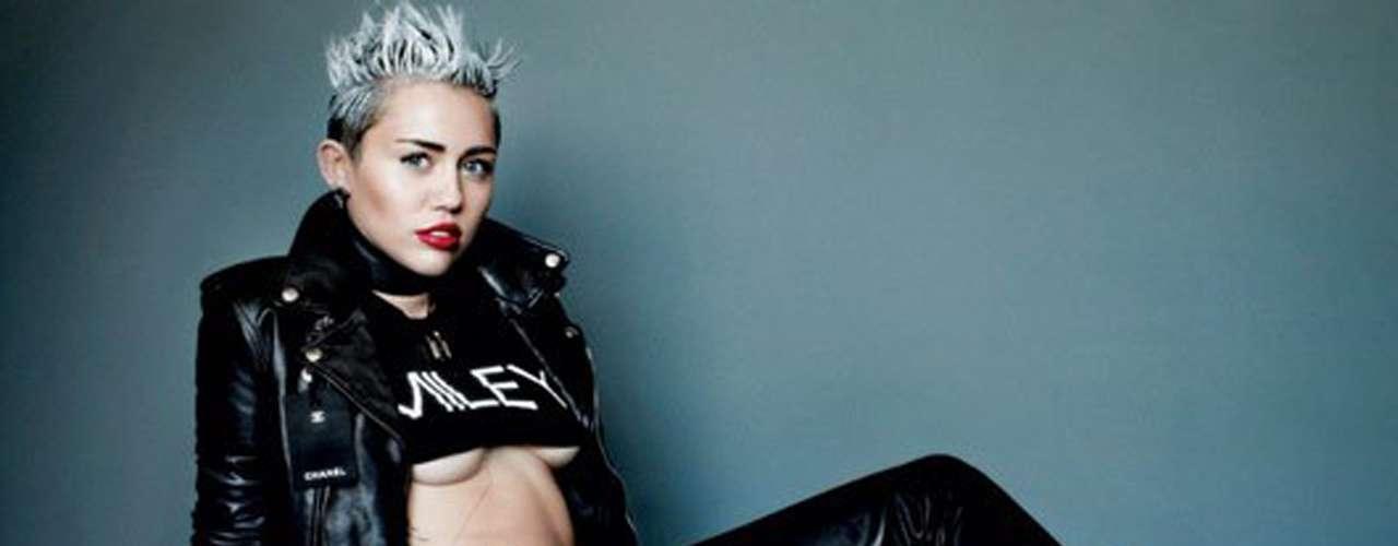 En algunas de las imágenes, la protagonista de 'Hannah Montana' posa semisdesnuda para beneplácito de sus admiradores.