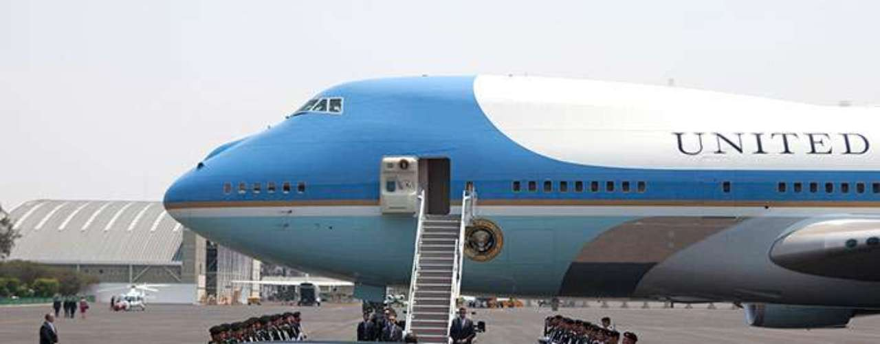 El carruaje de Obama mide 5.5 metros, cuenta con un motor diésel de 6.5 litros, una cabina delantera para cuatro pasajeros, con centro de comunicaciones, sistema de rastreo GPS, computadora, teléfonos, fax, internet y satélites de defensa, así como una línea telefónica directa al Pentágono y a la CIA.