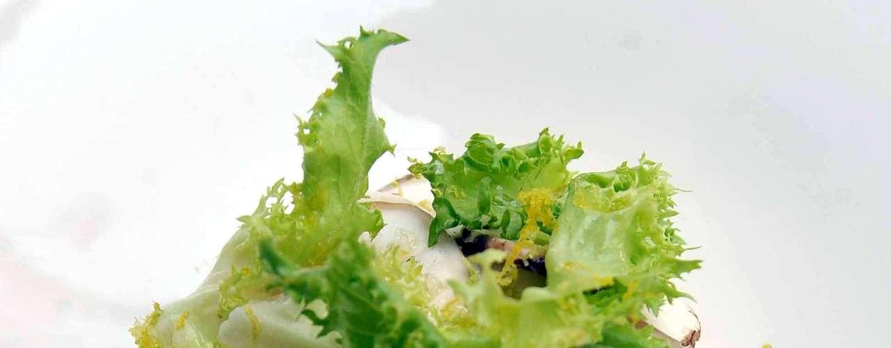 Esta ensalda de champiñones y crema de limón, es una de las favoritas de los comensales por su frescura y exquisito sabor.