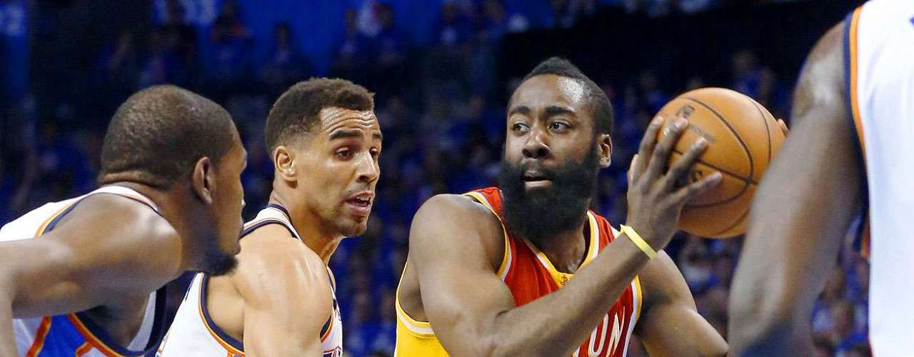Rockets vs. Thunder:James Harden (13) intenta superar la marca deKevin Durant y Thabo Sefolosha.