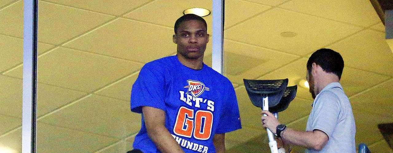 Rockets vs. Thunder:Russell Westbrook vio la derrota de su equipo desde un palco de la arena de Oklahoma City.
