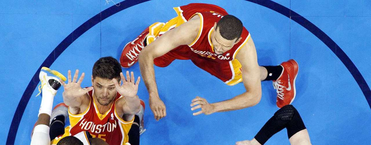 Rockets vs. Thunder:Kevin Durant intenta encestar el balón ante la marca deChandler Parsons (25), Francisco Garcia y Omer Asik (3).