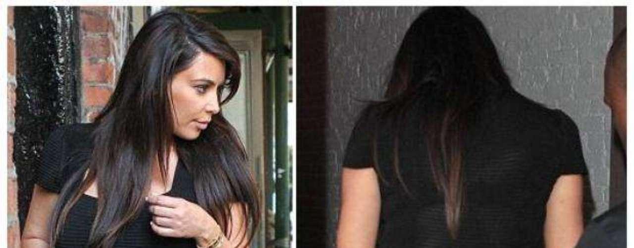 Uno de los últimos descuidos de Kim Kardashian fue este cuando dejo ver sus calzones a través de su vestido. Aunque el atuendo le disimulaba la barriga y era negro, la transparencia permitió distinguir su ropa íntima a pesar de que su novio, el rapero Kanye West intentó taparla. Algo que los paparazzi no desaprovecharon para fotografiar.