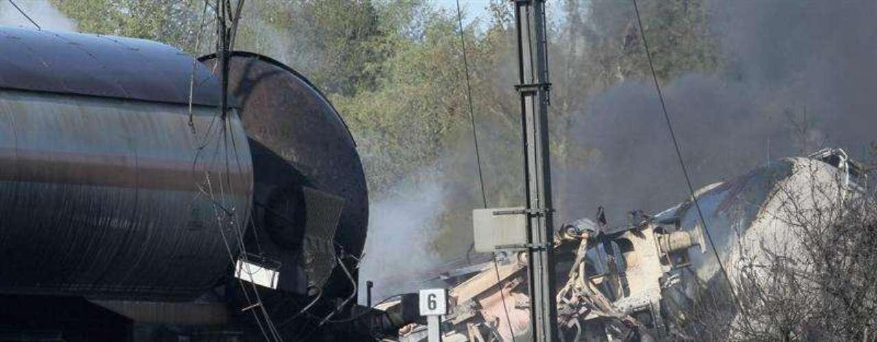 Los vagones incendiados contienen acrilonitrilo, una sustancia tóxica, y que de ellos escapan vapores de cianuro