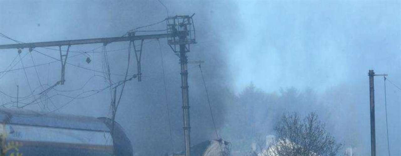 """Los servicios de emergencias consideran que la gran masa de humo originada en el incendio """"no es peligrosa para la población"""""""