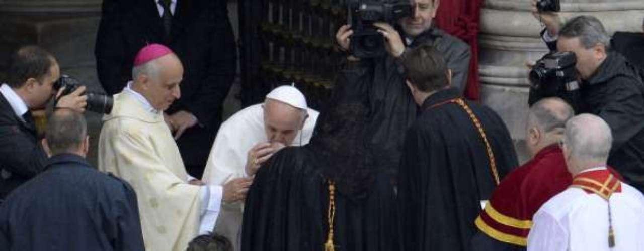 A su salida del acto religioso, el papa besó a una bebé. La multitud de fieles se mantenía a la espera de su salida.