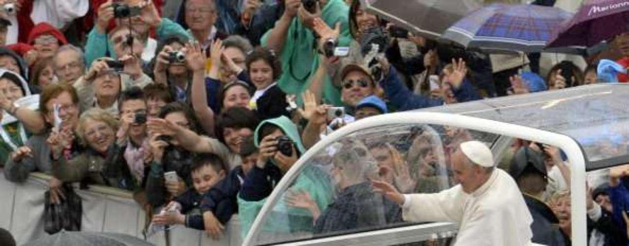 Por otra parte, en la misa que celebró el papa este domingo en la plaza San Pedro del Vaticano participaron miles de integrantes de hermandades de todo el mundo.