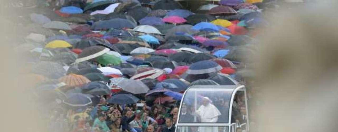 El papamóvil se coló entre los fieles para trasladar al papa Francisco.