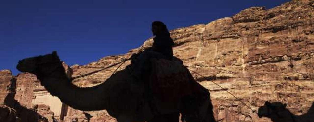 Petra, Jordania Los autobuses y excursiones salen de Amman, capital de Jordania, y de la ciudad portuaria de Aqaba. También es posible organizar excursiones desde Egipto y la ciudad turística israelí de Eilat.