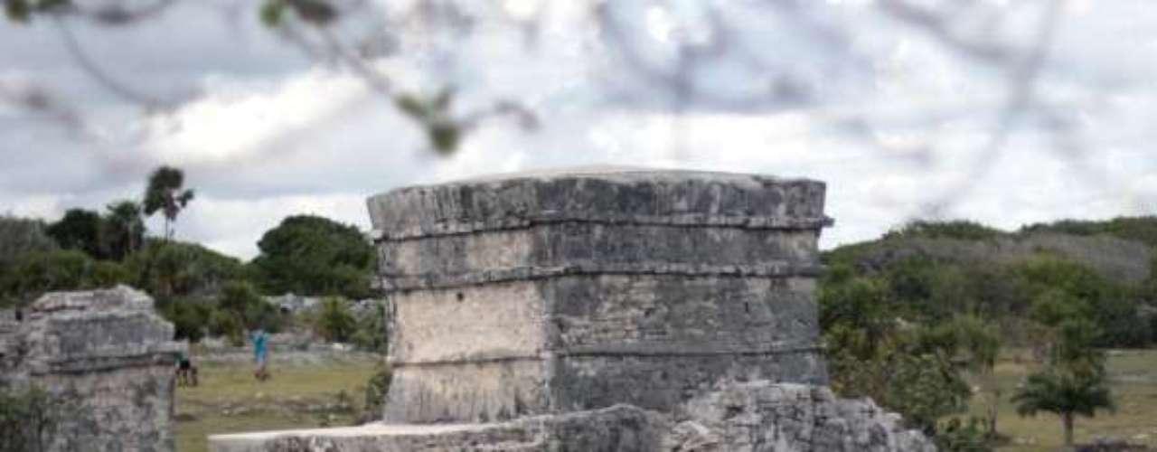 Tulum, México Situado a pocos minutos en coche de la pequeña ciudad de Tulum, en la Península de Yucatán, las ruinas se encuentran a unos 60 kilómetros al sur de la localidad más grande de Playa del Carmen, y otros 60 kilómetros de Cancún. Para obtener más información, visite la página web de turismo de México.