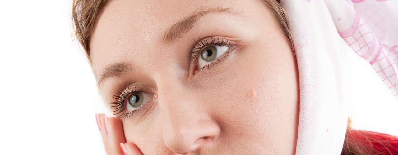 El virus de las paperas se trasmite fácilmente de persona a persona al estornudar o toser y a veces por contacto con elementos infectados por la saliva del enfermo. Tras un periodo de incubación de 2 a 3 semanas, el virus pasa a la sangre y, desde ahí, a diversos órganos, como las glándulas salivales, páncreas, hígado etc.