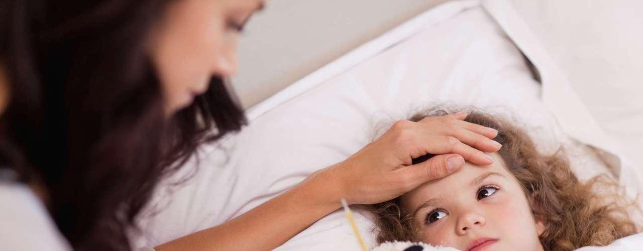 Otros síntomas de las paperas pueden incluir boca seca, dolor en el rostro y / o de los oídos y, ocasionalmente, en casos más graves, la pérdida de la voz.