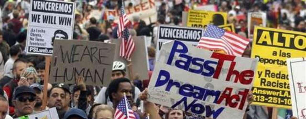El ambicioso proyecto de ley pondrámás dólares federales en fortalecer la frontera suroeste del país contra los pasos ilegales y pretende reformar un añejo sistema de visas para que más trabajadores extranjeros de alta y baja especialización puedan ingresar.