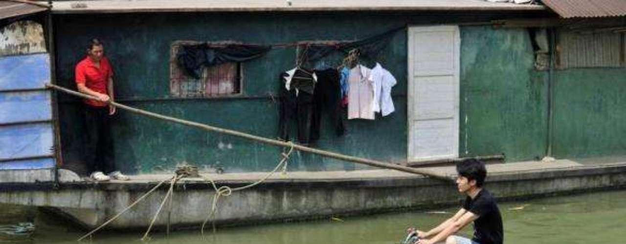 Si Venecia estuviera en China, seguramente existirían transportes como este, que se deja ver en los canales de Yangtze River, en Wuhan.