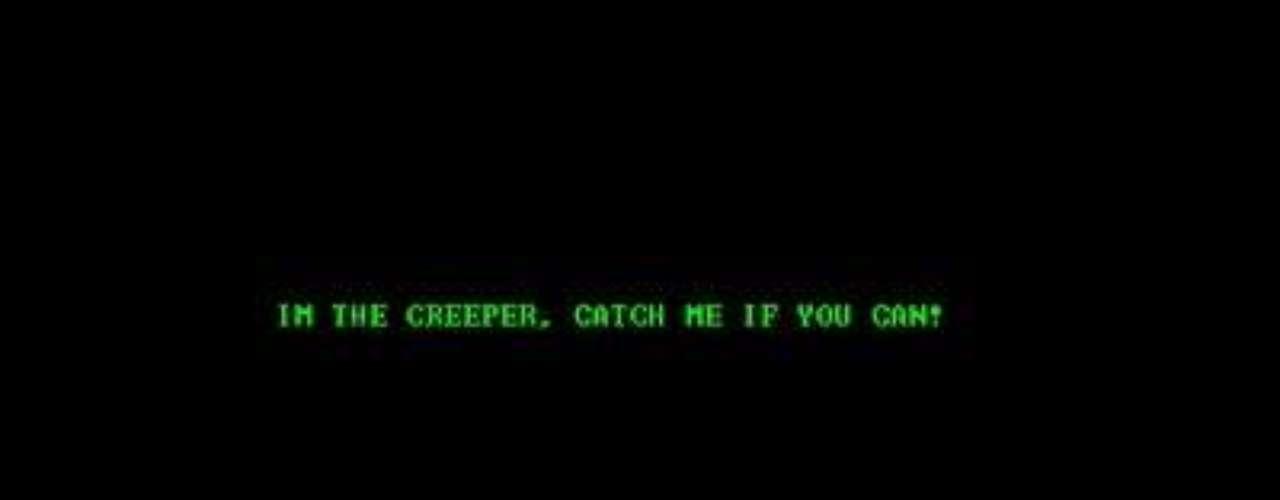1971. El primer virus informático. Pese a no existir como concepto el virus Creeper se difundía mediante la red Arpanet y atacó por primera vez a un ordenador de IBM en 1971. Mostraba el mensaje: Soy la enredadera, atrápame si puedes