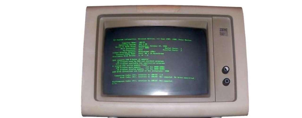 1981. IBM lanza el primer ordenador personal (PC). El IBM 5150 tenía un procesador Intel de 4,7 MHz, 64 KB de RAM, una disquetera para ejecutar programas y pantalla monocroma. A pesar de su precio vendieron las unidades que planeaban vender en cinco años en solamente un mes.