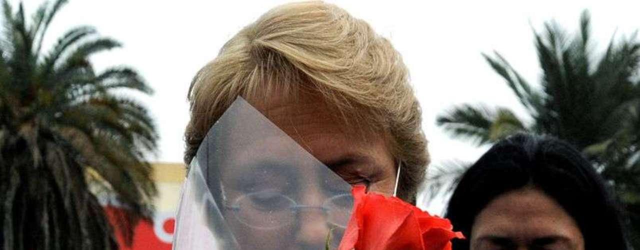 La precandidata presidencial Michelle Bachelet, participó en un desayuno de celebración del Día de la Madre con los vecinos de la comuna de San Miguel. En la ocasión, un joven que estudió con el crédito Corfo la encaró por el alto nivel de interés que ha tenido que pagar. La situación generó tensión entre los seguidores de Bachelet, pero fue la propia ex mandataria quien lo escuchó y le respondió, asegurando que éste tema formará parte de su reforma educacional.