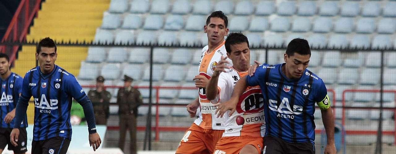 LORENZO REYES: En diciembre sonó en Colo Colo y prefirió quedarse en Huachipato para jugar la Copa Libertadores. Ahora es visto como el recambio en el mediocampo azul.
