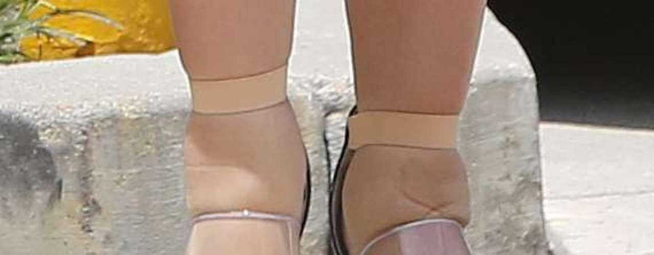 ¿De quiénes son estos pies? Les damos una pista...... Está súper embarazada, es famosa por sus escándalos y fugaz matrimonio con un jugador de basketball