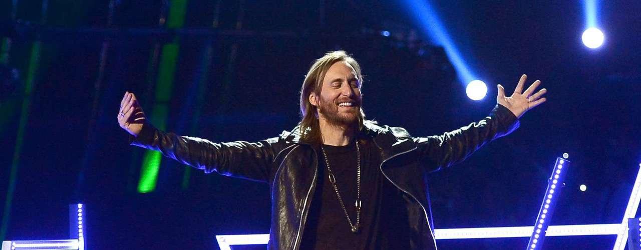 David Guetta y Akon prendieron una verdadera fiesta electrónica para interpretar el hit \