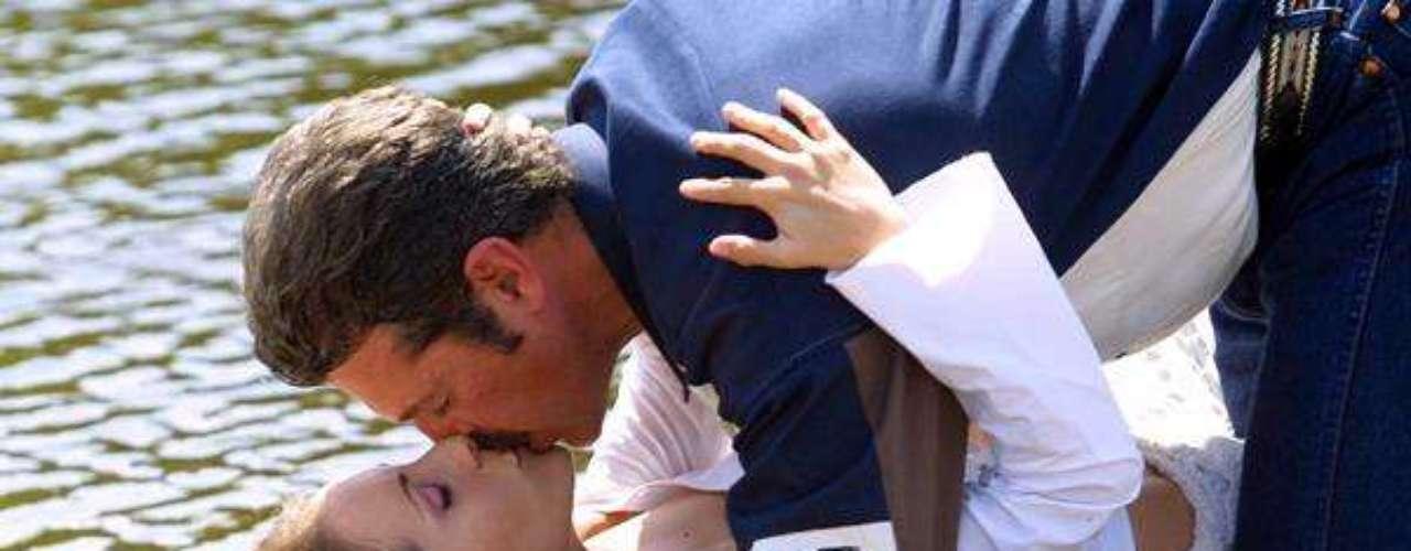 ¡Uyuyuy! 'Get a room' gritaríamos si nos encontráramos a una pareja como esta dándose tales muestras de amor en público. La verdad es que esta escena fue de esas de 'ensueño' cuando Víctor e Isabela se funden en un hermoso beos a la orilla de un lago.Síguenos en Facebook - Twitter