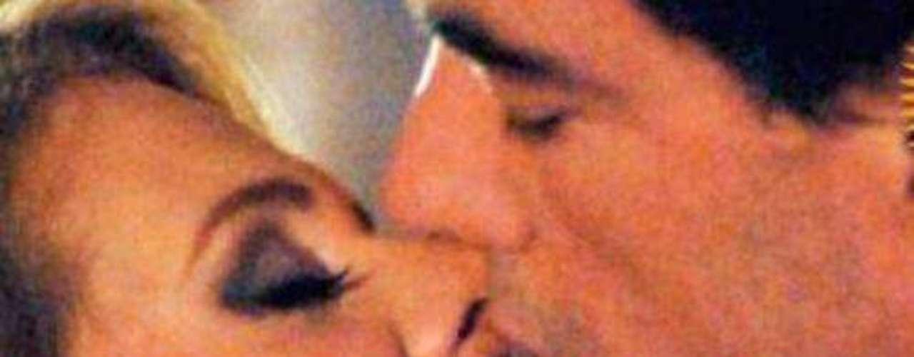 El camino un fue fácil, en la historia, Victoria Balvanera, debe pasar por la decepción de su matrimonio, un amor inesperado y sus propios prejuicios para entregarse a su guardaespaldas. Arriaga demostró que era todo un machote por el que Victoria no se podía resistir.Amores de telenovela, convertidos en realidadILa parejas más candentes de las telenovelasFamosas cantantes seducidas por la actuación en telenovelas