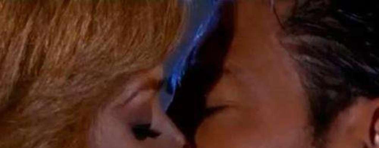 La espera fue larga, muchos intentos y ansiedad de los protagonistas. Pero llegó el anhelado beso entre este par y con un arranque de pasión el dúo de bellos encendieron las pantallas.Amores de telenovela, convertidos en realidadILa parejas más candentes de las telenovelasFamosas cantantes seducidas por la actuación en telenovelas