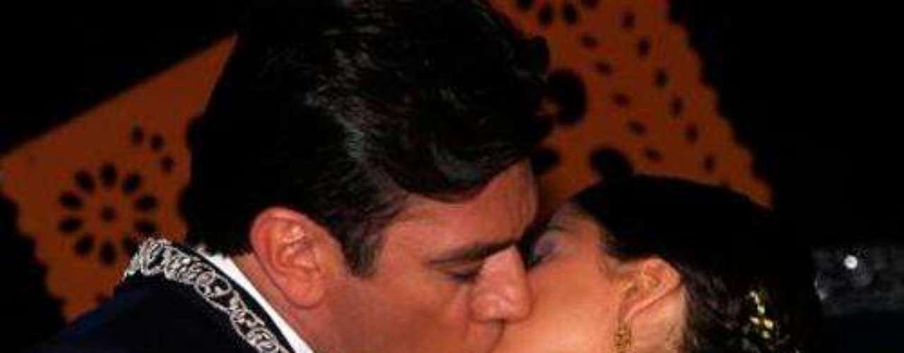 De canción en canción y después de muchos malos entendidos María y Santos siempre saben cómo volver a reanudar el romance. Al son de una ranchera las miradas van y vienen y cuesta mucho no enamorarse de este par de personajes.Amores de telenovela, convertidos en realidadILa parejas más candentes de las telenovelasFamosas cantantes seducidas por la actuación en telenovelas