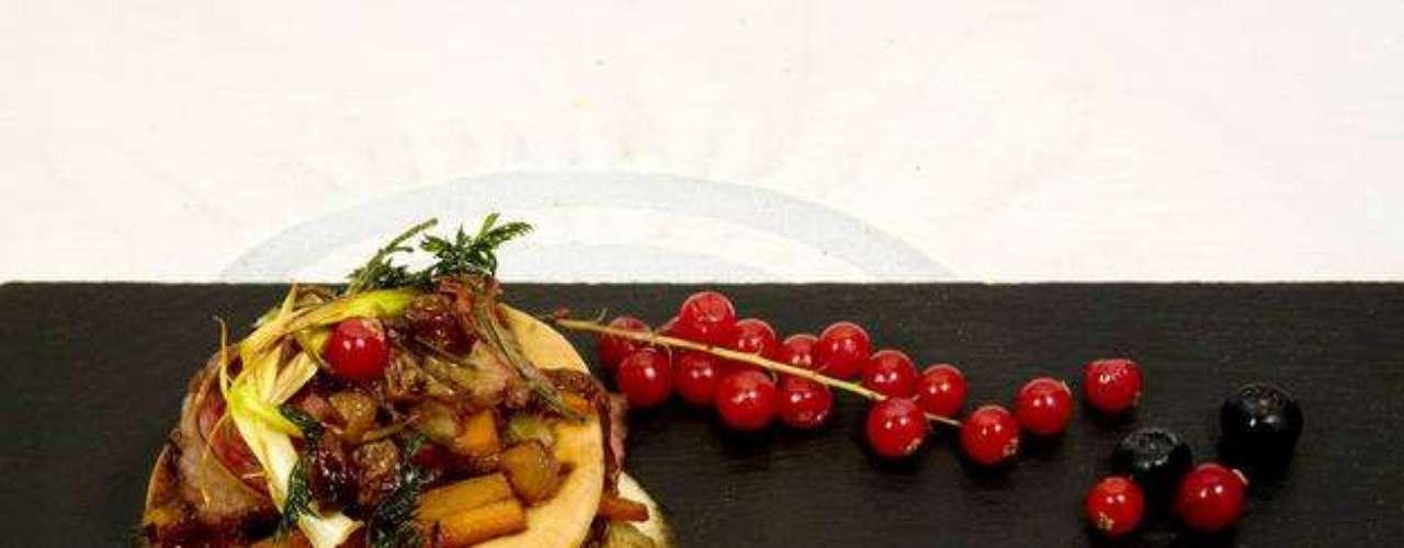Milhojas de presa ibérica con tartaleta de hierbas y mouse de setas. Elaborado por Eva.