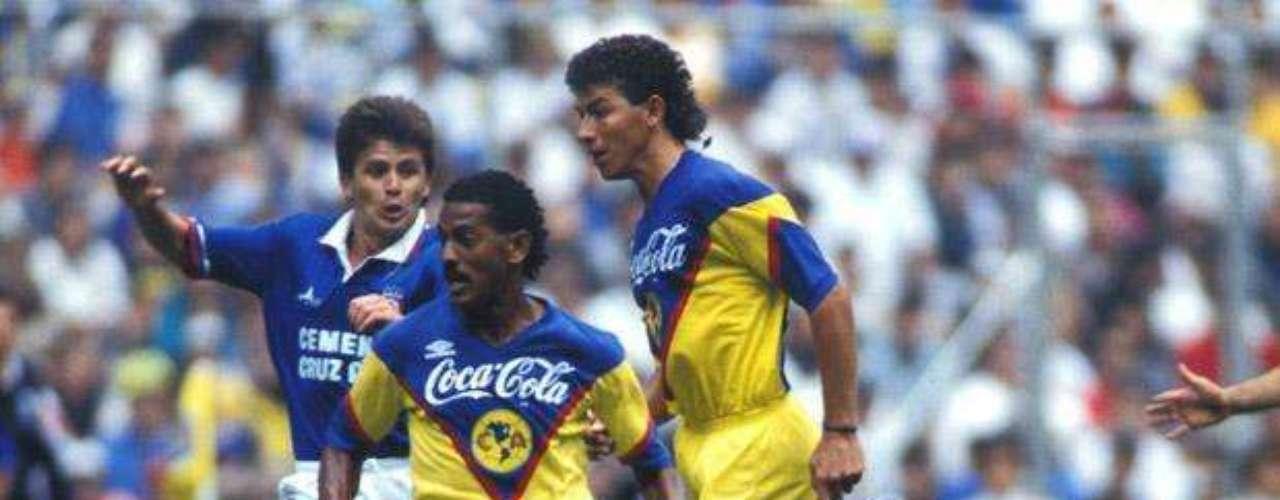 Para la temporada 1988-89 América consiguió su segundo Bicampeonato de la década al vencer en la Final a Cruz Azul. En la Ida las Águilas ganaban 2-0 con goles de Luis Roberto Alves 'Zague' y Carlos Hermosillo, pero La Máquina consiguió empatar al inicio de la segunda mitad y Antonio Carlos Santos marcó el gol del triunfo. En la vuelta quedaron 2-2, con gol tempranero de Juan Hernández y Hermosillo anotó el tanto del título al minuto 77.