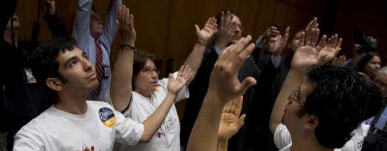 Al conocerse la noticia en el interior del Congreso se encontraban representantes de una organización que apoya y asesora a extranjeros latinos que permanezcanen los Estados Unidos como indocumentados. Con sus manos hacia el cielo expresaron frases religiosas, agradeciendo \