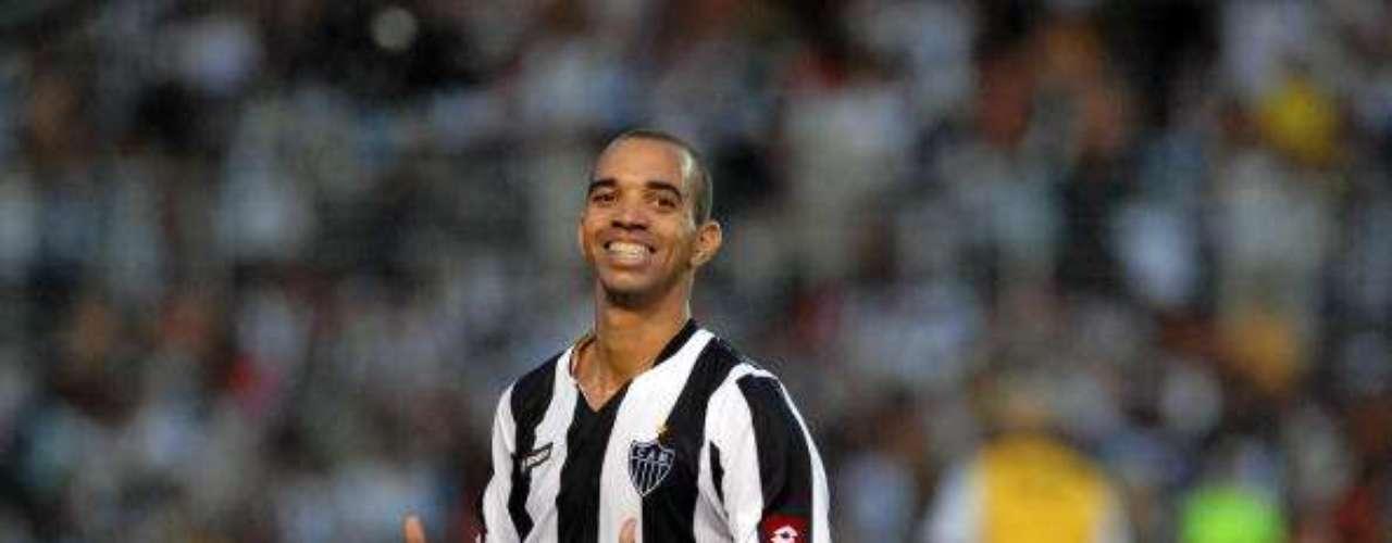 DIEGO TARDELLI. El exjugador de Sao Paulo, Betis, PSV y Flamengo se haconvertido en el complemento perfecto de Ronaldinho a la ofensiva, es el hombre frío, letal dentro del área, que aprovecha a la perfección la magia de 'Ronnie'.