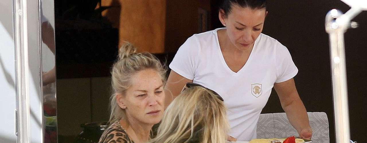 Sharon Stone fue fotografiada sin maquillaje cuando desayunaba con amigos en el barco de Roberto Cavalli en Cannes, Francia.