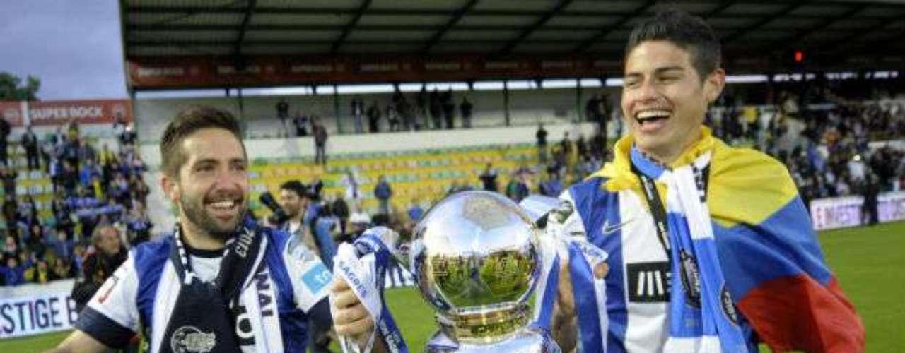 Elcolombiano James Rodríguez (derecha) y el portugués Joao Moutinho, quienes fueron contratados por el Mónaco a cambio de 45 y 25 millones de euros, respectivamente, anunció el Porto.
