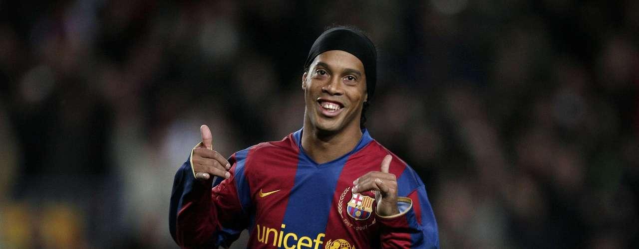 8. Ronaldinho: Llegó procedente del Paris Saint-Germain en 2003 por 32,25 millones de euros (aproximadamente 28 millones de dólares) y pasó cinco temporadas en Barcelona, donde ganó numerosos títulos y se convirtió en el mejor jugador del mundo.