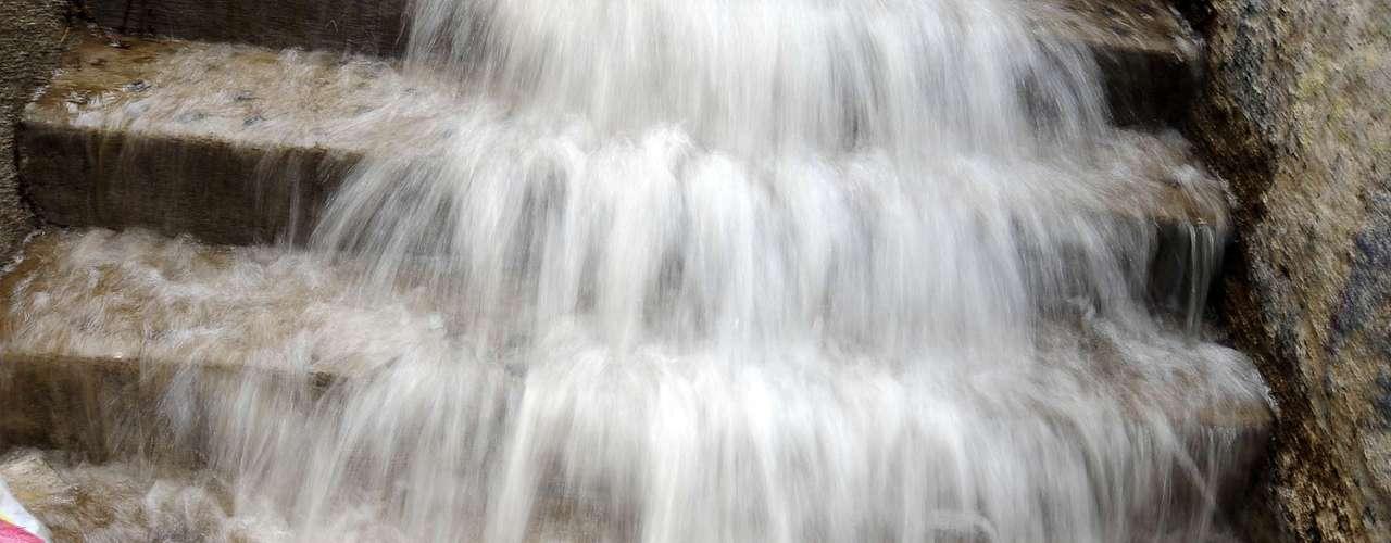 El frente de mal tiempo que afecta desde ayer a la zona centro sur del país causó varios estragos en distintas ciudades. En la imagen la situación en Valparaíso