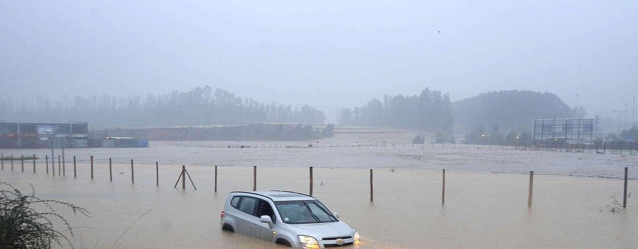 Vehículo atrapado por la inundación en el sector de Placilla, Región de Valparaíso