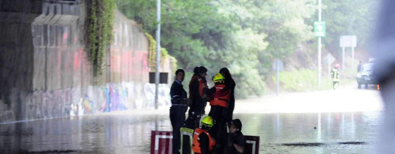 Personas fueron rescatadas desde paso bajo nivel en Placilla