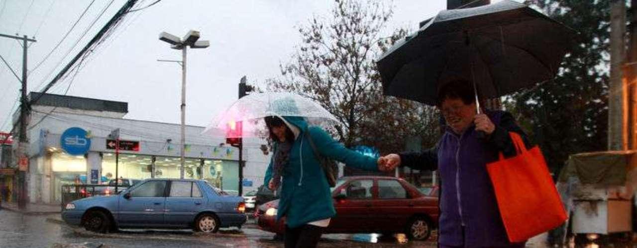 Las fuertes precipitaciones que cayeron este lunes en la región Metropolitana causaron anegamientos de varias calles, pasos bajo nivel y una gran congestión vehícular