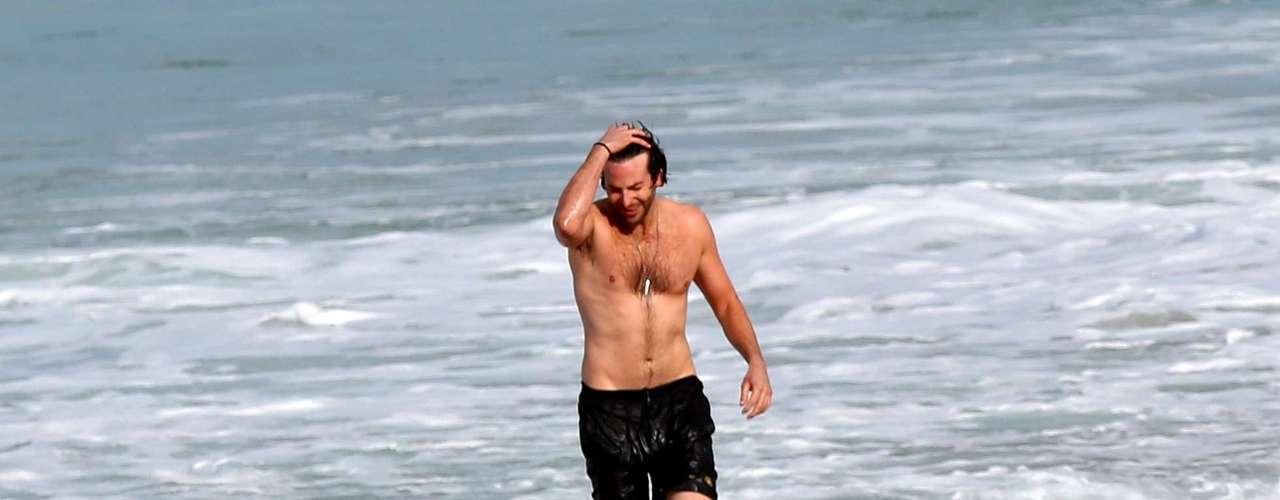 Tan sólo con ver a Bradley Cooper en la playa, a nosotros nos provoca acompañarlo.....