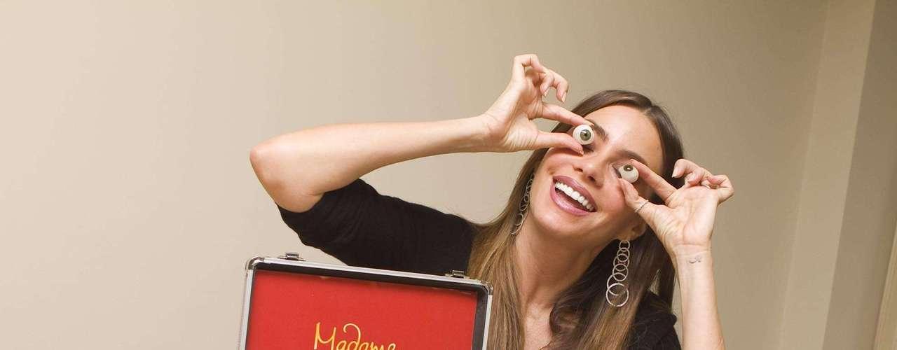 3 de Junio -La fama de Sofía Vergara se hace más evidente puesto que ahora la colombiana ya tendrá su propia figura de cera en el prestigioso museoMadame Tussauds. Vergara estuvo con los creadores de dichas esculturas en donde se divirtió posando para ellos y eligendio los accesorios de su propia escultura.