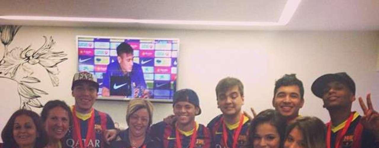 Bruna Marquezine acompañó a Neymar en la presentación al equipo español Barcelona.