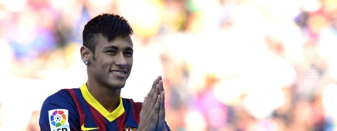 El delantero brasileño Neymar fue transferido del Santos de Brasil al Barcelona de España tras una larga negociación. En su presentación con el equipo, se supo que el cuadro catalán había pagado 57 millones de euros (74 millones de dólares), convirtiéndose en el segundo jugador más caro de la historia del club.
