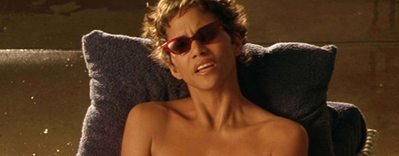 En 'Swordfish: Acceso Autorizado' (2001) la oscarizada actriz Halle Berry dio vida a la sexy pirata informática 'Ginger Knowles'. Halle no ganó el Oscar por este rol, sino por 'El Pasado Nos Condena' donde curiosamente también muestra sus encantos.