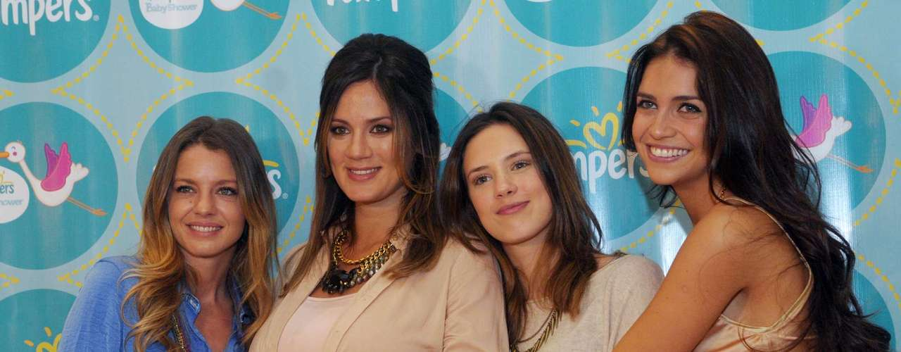 Paula Chaves tuvo hoy un festejo muy especial: su hermana Delfina, sus padres y sus amigas Zaira Nara y Geraldine Neumann se reunieron en el Hotel Alvear para llenarla de mimos y regalos con un Pampers Baby Shower