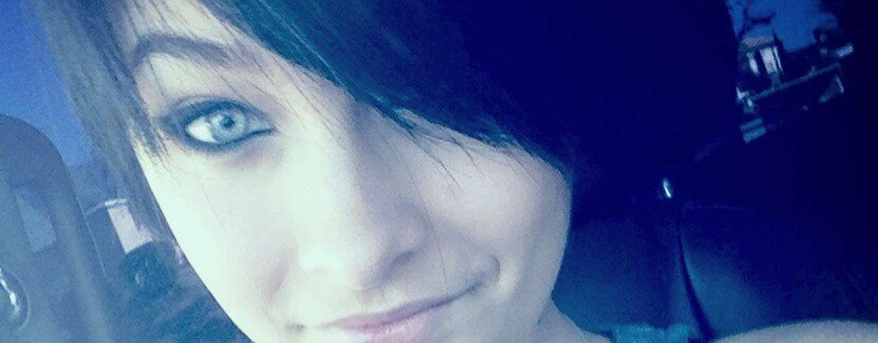 Como cualquier chica adolescente, Paris Jackson es susceptible, y dejó ver en las redes sociales sus locuras. La joven confesó ponerse rara cuando está a solas; acompañó ese mensaje seguido de un LOL (Laugh Out Loud). Todos los adolescentes pueden llegar a sentirse raros en algún momento.