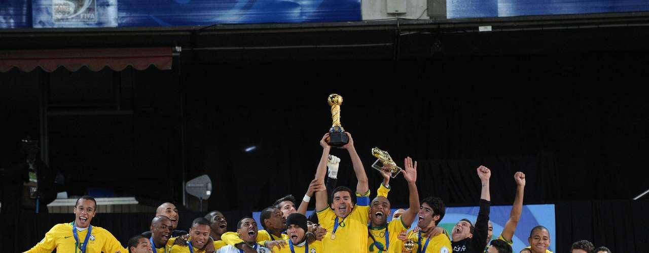 Brasil consiguió su tercer título en la Copa Confederaciones Sudáfrica 2009, en un duelo final contra Estados Unidos, que al descanso perdía 2-0, pero se sobrepuso y dio la voltereta con doblete de Luis Fabiano y gol de Lucio al minuto 84.